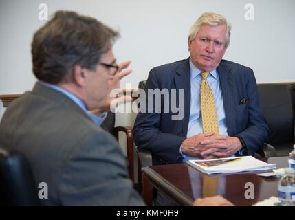U.S. Energy Secretary (left) Rick Perry meets with Exelon Corporation President and CEO Christopher Crane at the - Stock Photo