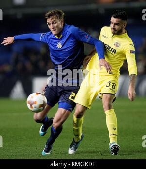Villareal, Spain. 07th Dec, 2017. Villarreal's defender Genis Montolio (R) vies for the ball with Maccabi's striker - Stock Photo