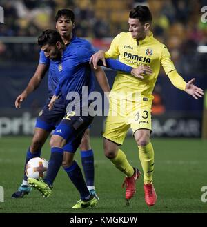 Villareal, Spain. 07th Dec, 2017. Villarreal's Chucka (R) vies for the ball with Maccabi's Rikan during the UEFA - Stock Photo
