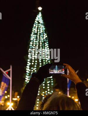 Trafalgar Square, London, 7th Dec 2017. A woman takes snaps of the illumunated tree. The annual Trafalgar Square - Stock Photo
