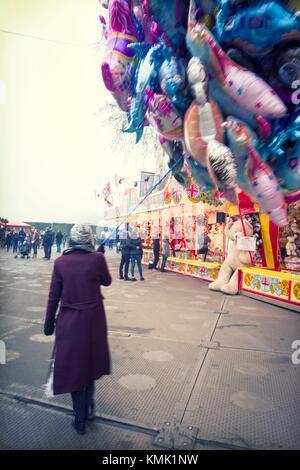 Woman selling balloons. Winter Wonderland, Hyde Park, London, UK, Europa. - Stock Photo