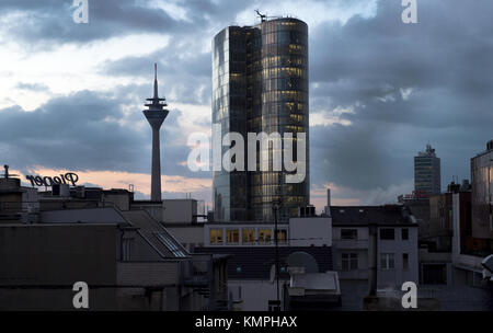 Duesseldorf, Germany. 8th Dec, 2017. The sun sets behind the Rheinturm tower and the GAP 15 office building (c) - Stock Photo