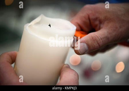Stuttgart, Germany. 5th Dec, 2017. Candle tester Volker Albrecht cuts wax from a candle, in Stuttgart, Germany, - Stock Photo