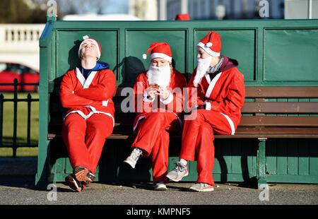 Brighton, UK. 9th December 2017. Hundreds take part in the Brighton Santa Dash today along Brighton and Hove seafront - Stock Photo