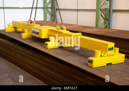 Telescopic electromagnetic crane for handling large steel plates - Stock Photo