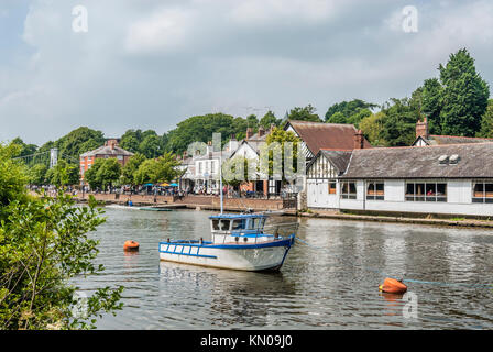 Boats House and Riverside Walk at the River Dee in Chester; Cheshire; North West England. | Die Uferpromenade und - Stock Photo