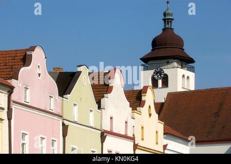 Tschechien, Ostböhmen, Nove Mesto nad Metuji: Häuser am Hauptplatz von Nove Mesto. - Stock Photo