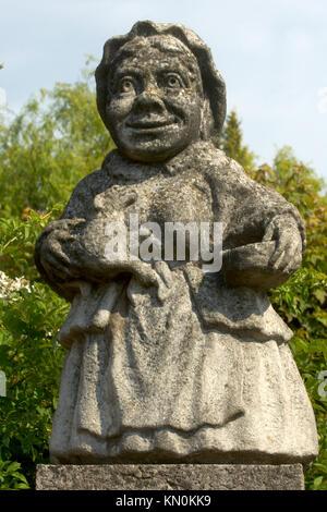 Tschechien, Ostböhmen, Nove Mesto nad Metuji (Neustadt an der Mettau): lustige Figur in der Gartenanlage im Renaissance - Stock Photo