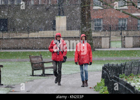 St James's Park, London, UK. 10th Dec, 2017. Snow falling in St James's Park. Credit: Matthew Chattle/Alamy Live - Stock Photo