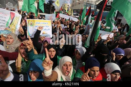 Beit Lahia, Gaza Strip, Palestinian Territory. 10th Dec, 2017. Palestinian students take part in a protest against - Stock Photo