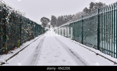 London, UK.  10 December 2017.  UK Weather: Snow falls in Northwood, north west London.  The weather forecast predicts - Stock Photo