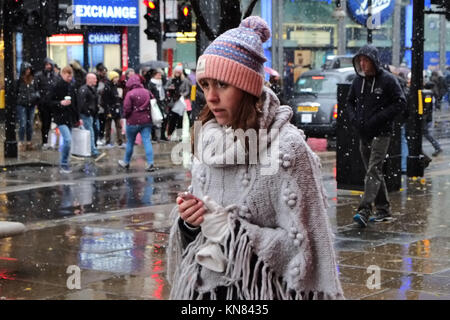London, UK. 10th Dec, 2017. Christmas shopping on Oxford Street this Sunday in London as the snow falls across the - Stock Photo