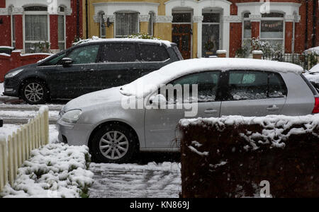 London, UK. 10th Dec, 2017. Snow covers vehicles, pavements and roads in the Holloway district of north London, - Stock Photo