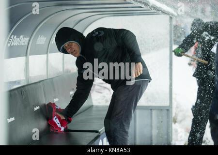Koeln, Deutschland. 10th Dec, 2017. Trainer Christian STREICH (FR) macht die Trainerbank sauber, Schnee, Schneetreiben, - Stock Photo