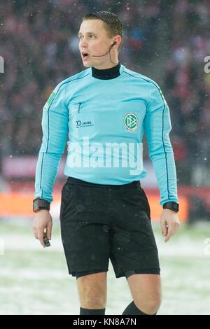 Koeln, Deutschland. 10th Dec, 2017. referee Dr. Robert KAMPKA redet, redend, Fussball 1. Bundesliga, 15. Spieltag, - Stock Photo