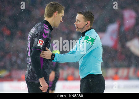 Koeln, Deutschland. 10th Dec, 2017. referee Dr. Robert KAMPKA (re.) redet with Nils PETERSEN (FR), redend, Fussball - Stock Photo