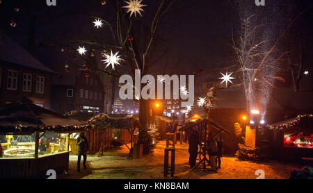 Lueneburg, Germany. 10th Dec, 2017. People walk across the Christmas market at the St. Johannis church in Lueneburg, - Stock Photo