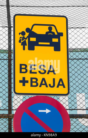 Besa + Baja (kiss and drop off) zone for parents dropping off children outside school in Spain. - Stock Photo
