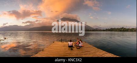 lago Atitlán y volcan San Pedro, Santiago Atitlan, departamento de Sololá, Guatemala, Central America. - Stock Photo