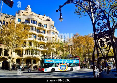 Barcelona Bus Turistic in front of Casa Milà, better known as La Pedrera. Designed by the Catalan architect Antoni - Stock Photo