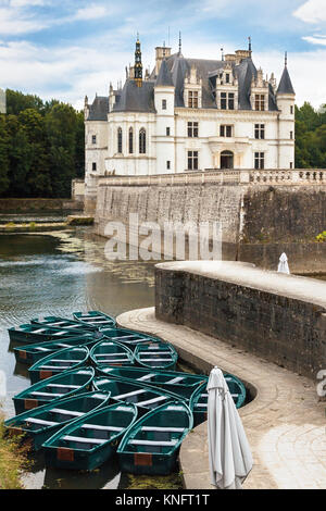 CHENONCEAU CASTLE, CHENONCEAUX, FRANCE - JUNY 29, 2017: Parked row boats at the pier with the Chenonceau castle - Stock Photo