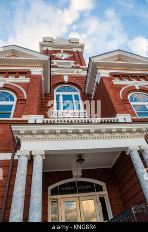Monroe County Courthouse in Forsyth, Georgia, was built in 1896 and is of Victorian design.  It is listed on the - Stock Photo