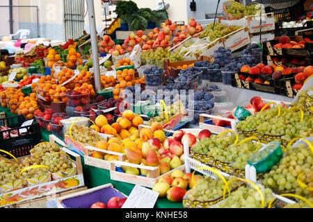 Markstand mit frischem Obst, Trauben, Nektarien, Pflauen, Zwetschgen und Pfirsiche - Stock Photo