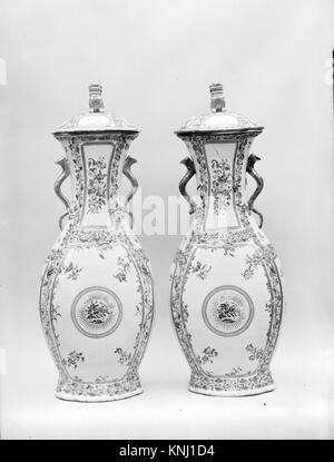 Covered Vase MET 150675 2561 Chinese, Covered Vase, 1770?1800, Porcelain, H. 28 7/8 in. (73.3 cm). The Metropolitan - Stock Photo