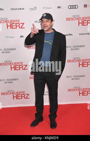 Munich, Germany. 11th Dec, 2017. Director Marc Rothemund arrives to the world premiere of 'Dieses bescheuerte Herz' - Stock Photo