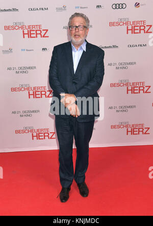 Munich, Germany. 11th Dec, 2017. Producer Martin Moszkowicz arrives to the world premiere of 'Dieses bescheuerte - Stock Photo