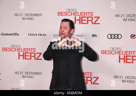 Munich, Germany. 11th Dec, 2017. Actor Juergen Tonkel arrives to the world premiere of 'Dieses bescheuerte Herz' - Stock Photo
