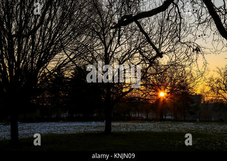 Finsbury Park. London, UK. 12th Dec, 2017. Sun rises in Finsbury Park, north London as overnight temperature dropped - Stock Photo