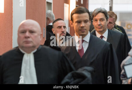 Munich, Germany. 12th Dec, 2017. The soccer player Franck Ribery (2-L) arrives at the district court I. with his - Stock Photo