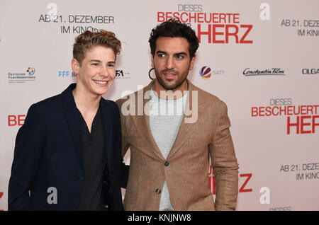 Munich, Germany. 11th Dec, 2017. Actors Elyas M'Barek (R) and Philip Noah Schwarz arriving to the wold premiere - Stock Photo