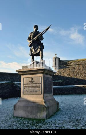 A kilted figure erected by the men of the Argyll and Sutherland Highlanders at Stirling Castle in Scotland to commemorate - Stock Photo