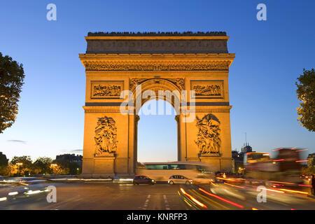 Beleuchteter Arc de Triomphe, Paris, Frankreich