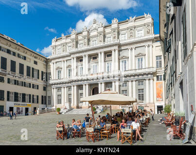 Sidewalk cafe in front of the 16th century Doge's Palace (Palazzo Ducale), Piazza Matteotti, Genoa, Liguria, Italy. - Stock Photo