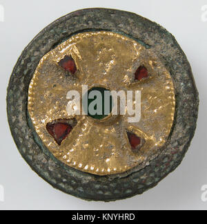 Disk Brooch MET sf17-192-65s1 465371 Frankish, Disk Brooch, late 6th?early 7th century, Gold on copper alloy, glass - Stock Photo