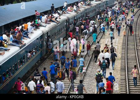 Bangladeshis cram onto a train as they travel home to be with their families ahead of the Muslim festival of Eid - Stock Photo