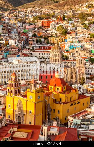 High angle view of the yellow church of Parroquia de Basílica Colegiata de Nuestra Señora de Guanajuato. - Stock Photo