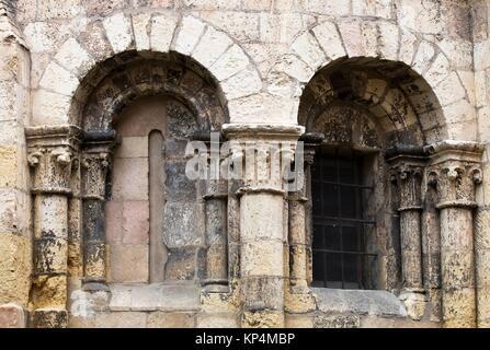 Ventanal en el ábside de la iglesia románica de San Clemente - Segovia - Castilla-León - España - Europa. - Stock Photo