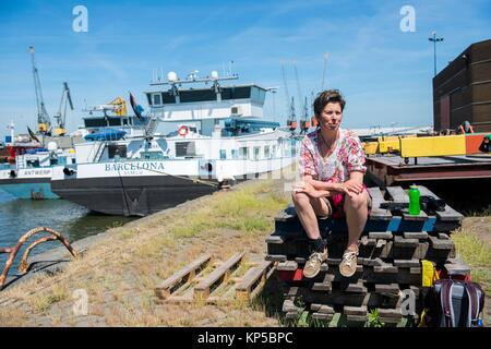Merwehaven, Rotterdam. Taking a break on a stack of pallets during a summer-day harbour stroll. - Stock Photo