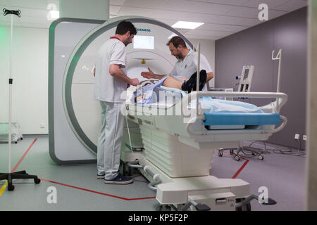 Patient in an MRI (magnetic resonance imaging) scanner, MRI of the brain, Angouleme hospital, France. - Stock Photo