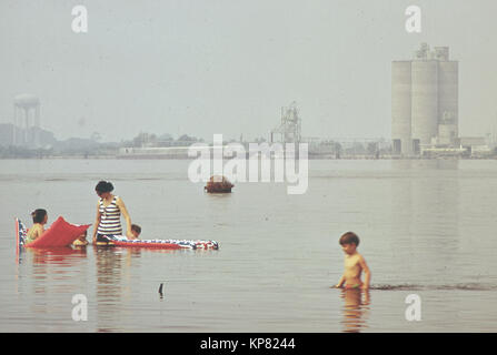 Children playing in polluted lake in Lousiana - Stock Photo