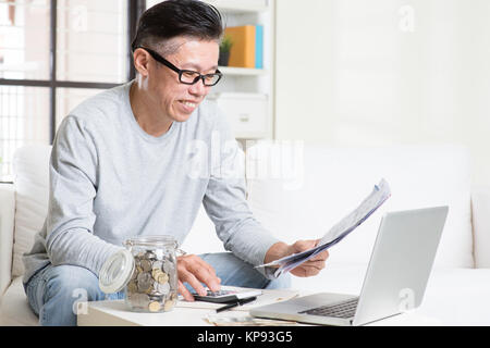 Pay bills online - Stock Photo