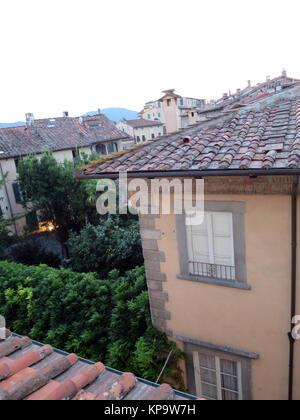 Blick aus dem Fenster über die Dächer , Lucca, Toskana, Italien