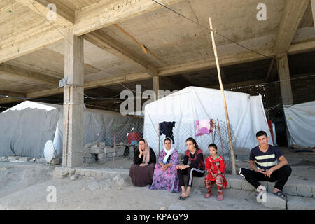 Kurdish Yezidi refugees live in a ruined building in Deraboun near the border with Iraq and Turkey, Kurdistan Autonomous - Stock Photo