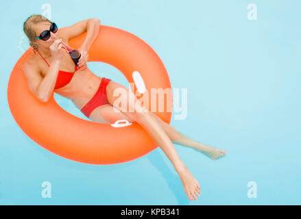 Model release, Junge, attraktive Frau mit Cocktail im Swimmingpool - young, attractive woman with cocktail in swimming - Stock Photo