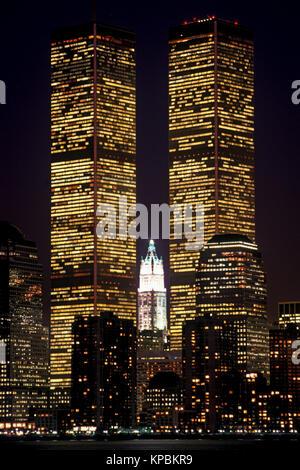 1988 HISTORICAL TWIN TOWERS (©MINORU YAMASAKI 1973) DOWNTOWN SKYLINE HUDSON RIVER MANHATTAN NEW YORK CITY USA - Stock Photo