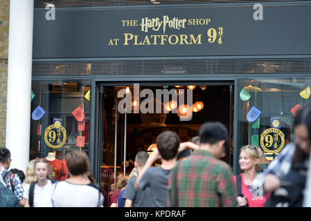 Platform 93/4 shop in Kings Cross Station, London - Stock Photo